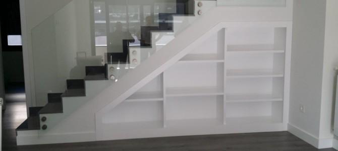 Fabricación de librería integrada en escalera