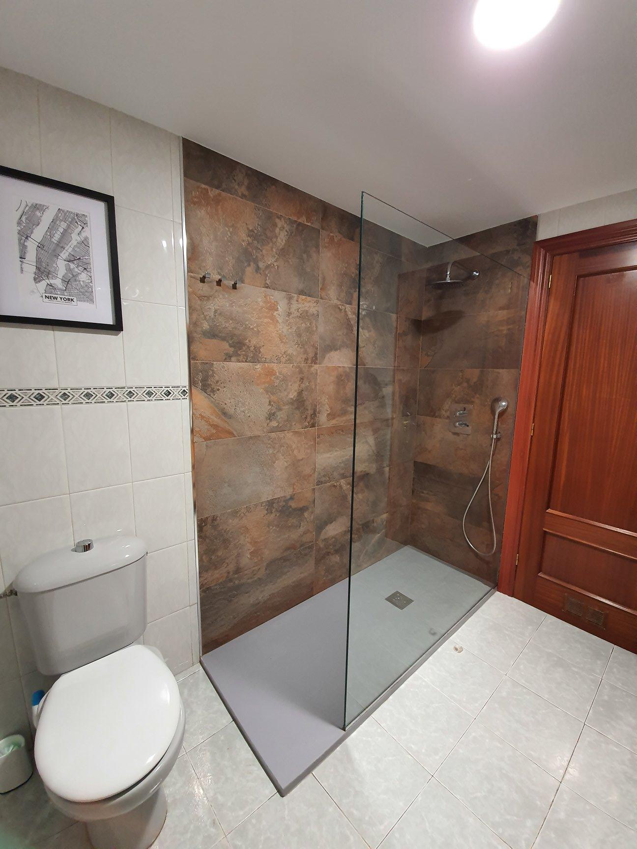 Proceso de Cambio de bañera por plato de ducha plano; columna termostática empotrada; mampara.